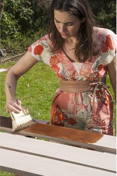 Avant la pose du sol en cosse de riz traitez les lames avec une lasure teintée ou naturelle. Photo Leroy Merlin