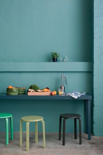 Peinture cuisine acrylique verte pour les murs. Pour peindre la table une peinture laque aspect satin couleur bleu pétrole, tabourets peints nuance de vert et noir. Peinture Astral