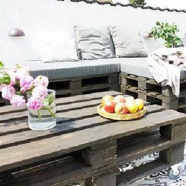 Simplissime la fabrication de ce salon de jardin en palette qui permet en plus un retour en angle. La banquette est assemblée par la répétition de blocs de 3 palettes posées l'une sur l'autre qui prennent appui sur le mur qui sert de dossier. le confort est assuré par les coussins.