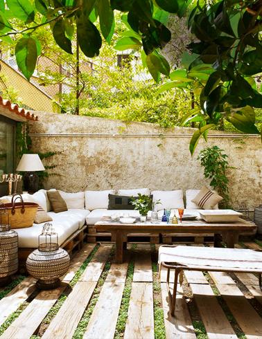 Salon de jardin en palettes bois sur sol terrasse bois for Salon de terrasse en palette