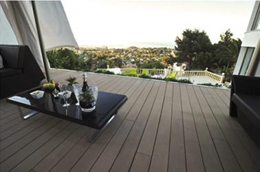 Terrasse en cosse de riz, ça ressemble à du bois, c'est biodégradable et ne nécessite pas d'entretien ! Lame Résysta en cosse de riz en vente chez Leroy Merlin