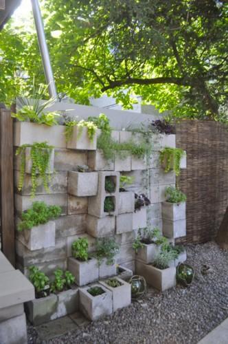 Dans le jardin, montez un petit mur avec des parpaings en scellant quelques uns dans le sens inverse pour les transformer en jardinières. Un peu de terre, des plantes grasses, une idée déco sympa !