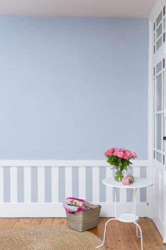 decoration d'un soubassement dans une chambre avec du papier peint à rayures blanc bleu et peinture bleu ciel