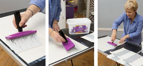Encollez tous les lès de papier peint et pliez les en deux  au fur et à mesure