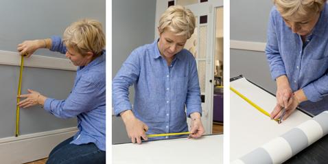 Pour decorer le soubassement dans une entrée avec du papier peint à rayures bleues et blanches commencez par reporter les hauteurs du soubassement sur le rouleau de papier peint en ajoutant 10cm