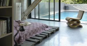 Idée déco pour une chambre avec bois et palette de recup pour faire tête de lit sommier et chevet