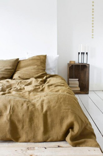 Une idée déco sympa pour une chambre zen avec une caisse de récup en bois pour faire office de table de nuit