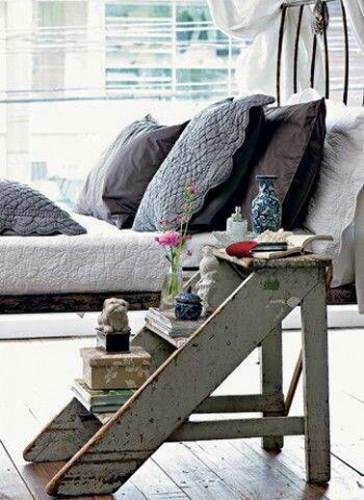 Déco chambre grise et blanche avec pour table de nuit un escabeau en bois 3 marches récupéré dans le grenier