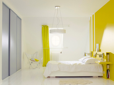 d co chambre avec peinture jaune safran sur mur et t te de lit. Black Bedroom Furniture Sets. Home Design Ideas