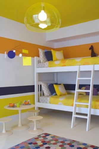 peinture chambre enfant bandes couleur jaune blanc orange horizontales sur tous les murs. Black Bedroom Furniture Sets. Home Design Ideas