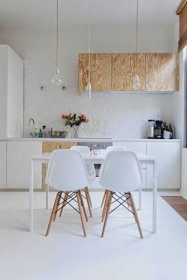 de cette cuisine, on a choisi dalterner les façades blanches et bois ...