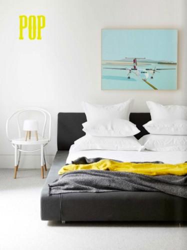 Un pochoir lettre POP couleur jaune pour réveiller la peinture blanche d'une chambre adulte