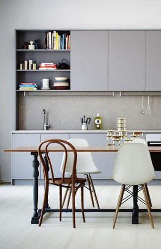 Repeindre ses meubles de cuisine avec trois teintes de gris c'est chic comme ici avec un gris souris, anthracite pour le meuble niche et nuage pour la crédence