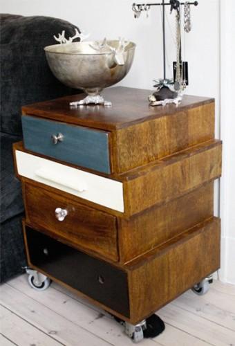 Table de nuit fabriquée avec 4 tiroirs de récup en bois montés sur roulettes. Les façades des tiroirs sont peintes aux couleurs de la chambres pour apporter une touche moderne