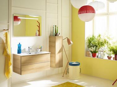 Peinture jaune, meubles chêne clair, des couleurs pour une salle de bain fraiche et lumineuse. Modèle Burgbad Espace Aubade