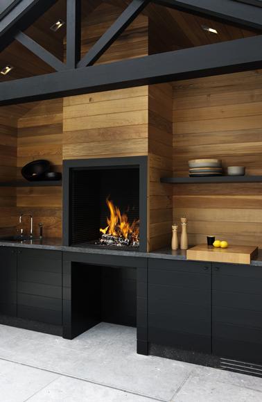 Cuisine exterieure design en bois et meubles noir for Meuble cuisine exterieure bois