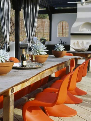 Cuisine extérieure sous patio déco orange et gris barbecue et four à pizza ciment blanc