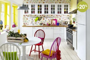 La cuisine blanche style maison de campagne un indémodable qui ne demande que des touches de couleurs par exemple avec des chaises rouges ou fushia pour la mettre en valeur