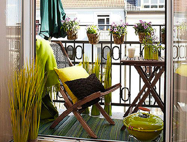 d co jaune et vert pour am nagement petit balcon en ville. Black Bedroom Furniture Sets. Home Design Ideas