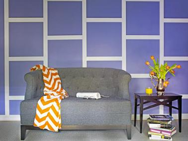 Une décoration murale pour le salon fabriquée avec des tasseaux de bois peints en blanc pour bien ressortir sur le mur bleu.