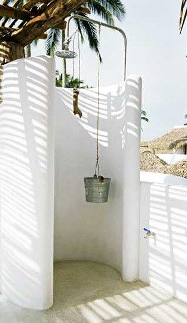 Douche de jardin cabine b ton en arrondi peinture blanche - Cabine douche exterieure ...