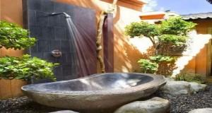 Elle accompagne les plaisirs extérieurs durant l'été, la douche de jardin s'installe facilement près de la piscine, sur une terrasse en bois, ou dans un coin du jardin