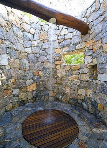 douche de jardin pour ambiance provençale installée sur une grosse poutre bois dans espace construit en pierres