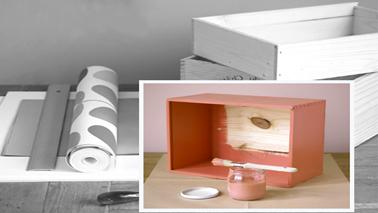 Pour transformer des caisses en bois en étagères, matériel nécessaire : de la peinture et des chutes de papier peint assorties à la pièce