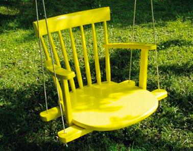 Fabriquer une balancoire avec une chaise en bois couleur jaune - Que faire avec une vieille baignoire ...