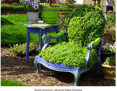 fabriquer une jardinière pour le jardin avec un vieux fauteuil Voltaire. remplacer bourrage par planche de bois, remplir de terre et planter petites plantation verte
