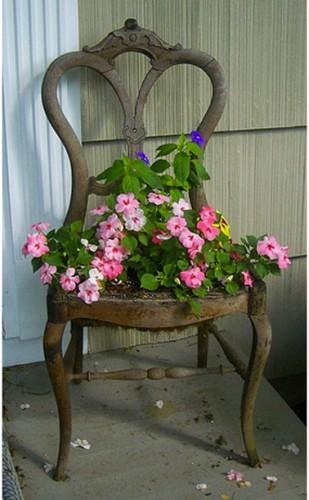 chaises en bois ancienne transformée en jardinière pour le jardin