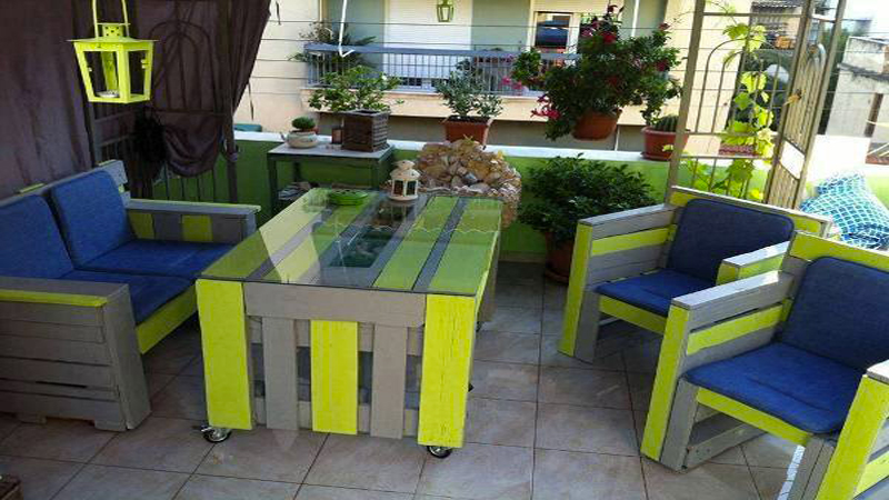 Faire un salon de jardin en palette deco cool for Table exterieur de couleur
