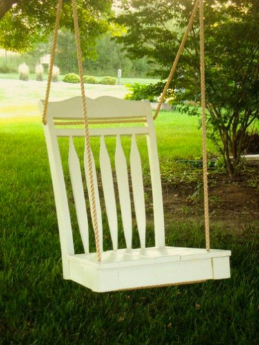Pour relooker une chaise en bois en balançoire couper les 4 pieds, peindre avec peinture bois exterieurs et fixer les cordes en 4 points sur la chaise