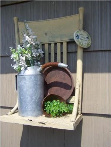 fabriquer une etagère pour poser pots de fleur dans le jardin avec une chaise et une petite planche de bois