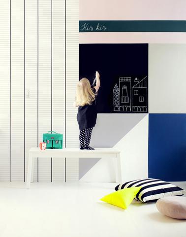 DIY pour faire un mur d'acivité peinture et dessin dans la chambre d'un enfant avec peinture à tableau et papier peint