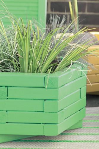 jardinière en bois sur terrasse repeinte en vert et jaune assorties à la couleur des volets peinture Protect' Bois Astral