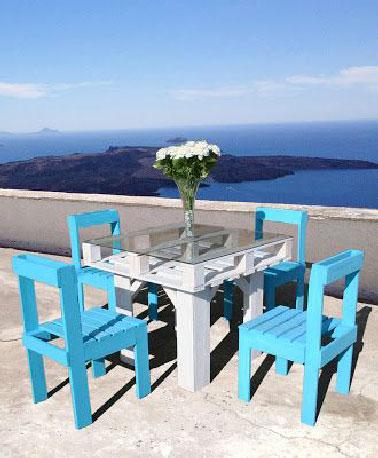 Une seule palette suffit à fabriquer le plateau de cette table de jardin. Les pieds sont réalisés à partir d'un poteau en bois carré peints dans dans la même couleur
