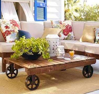 Déco et très pratique pour la déplacer, une table en palette montée sur des roues  de récup qui donnent tout son style à la table. La palette est vernie pour protéger le bois des traces de verres et bouteilles