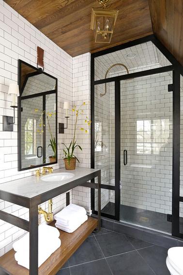 Carrelage blanc sur les murs d'une salle de bain avec douche italienne ...