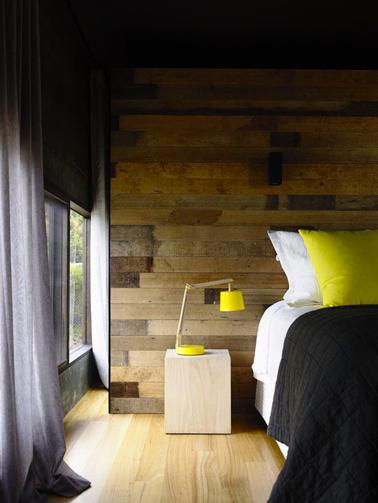 couleur jaune pour deco chambre lambris bois rideaux gris. Black Bedroom Furniture Sets. Home Design Ideas
