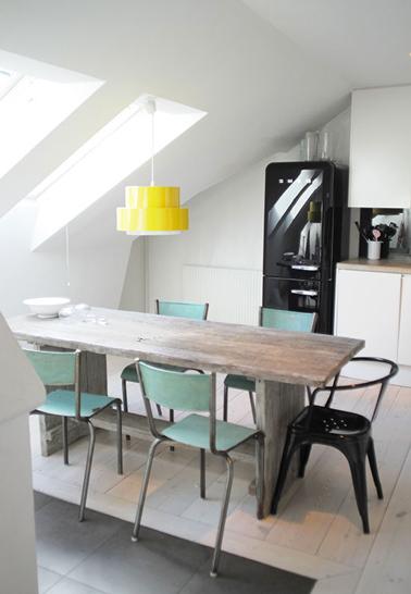 cuisine blanche sous combles suspension jaune chaises vertes. Black Bedroom Furniture Sets. Home Design Ideas