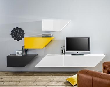 Ambiance pop dans le salon avec des consoles murales  aux formes design de couleurs jaune noir et blanc du nouveau catalogue Helline pour la rentrée 2014
