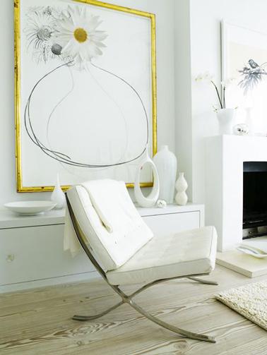 Une touche discrète de jaune sublime la déco d'un salon blanc
