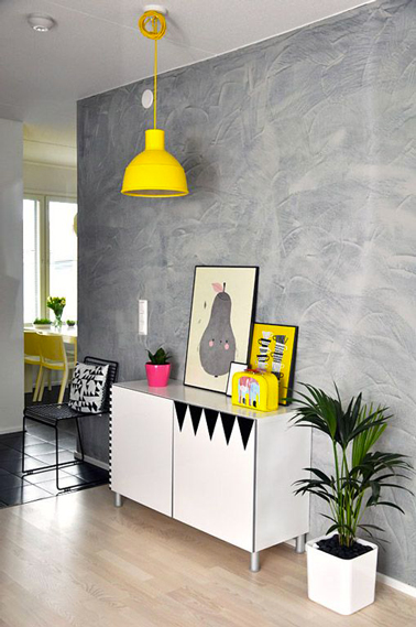 Deco salon gris meuble blanc abat jour jaune vif for Meuble deco salon