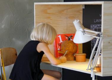 fabriquer un bureau en bois pour enfant hyper sympa diy. Black Bedroom Furniture Sets. Home Design Ideas