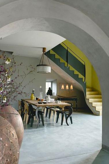 Elégance et authenticité d'une peinture à la chaux effet brossé gris souris pour les murs d'une salle à manger. Peinture Ressource