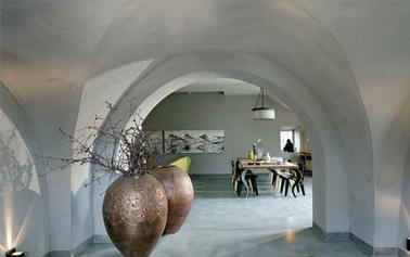 Authenticité des murs d'antan avec une peinture à la chaux efffet brossé couleur gris clair pour les murs du salon d'un mas provençal