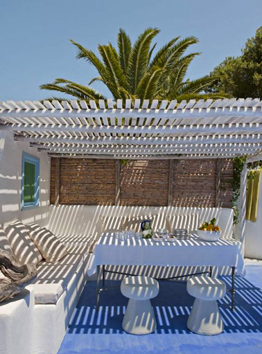 pergola bois sur terrasse deco mediterraneenne. Black Bedroom Furniture Sets. Home Design Ideas