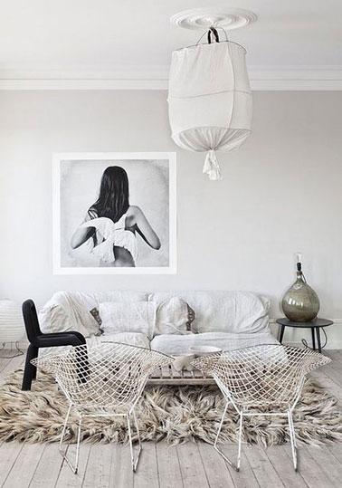 Ambiance zen réussie dans ce salon avec la couleur lin déclinée en total look du sol au plafond. Le vieux canapé est recouvert d'une toile de coton jmise en valeur par la couleur du tapis à long poils