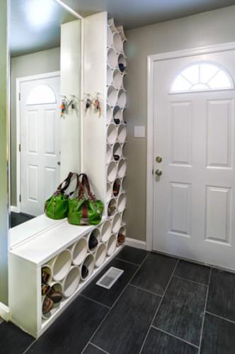 Rangement chaussures bien pratique dans l'entrée de la maison à fabriquer avec des tuyaux PVC collés et fixés en bloc avec des planches de stratifié.